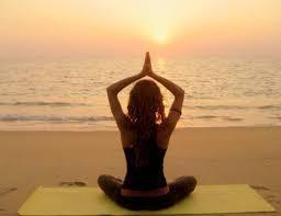 La mejor hora para hacer yoga o meditar en la playa: * al amanecer o al atardecer * Ponte crema solar  * Alisa la arena * mejor con el estómago vacío * Elige una playa tranquila * Disfruta